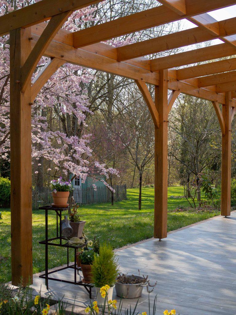 La terrasse et le jardin au printemps - Un Jour de Neige