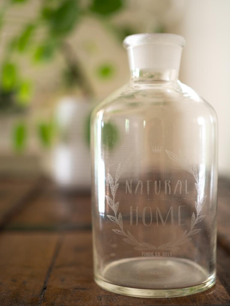 Flacon en verre gravé acheté chez Dentelles Oxydées (Un Jour de Neige - Carnet du dimanche)